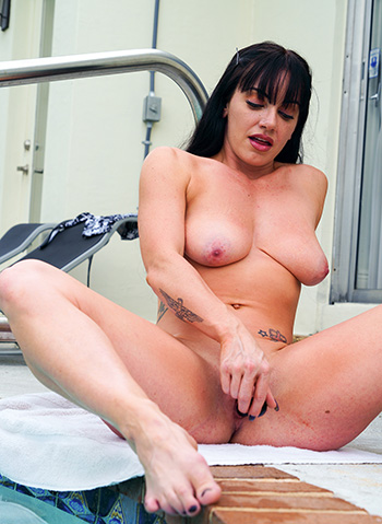 Naked pics of woman pleasing her pussy