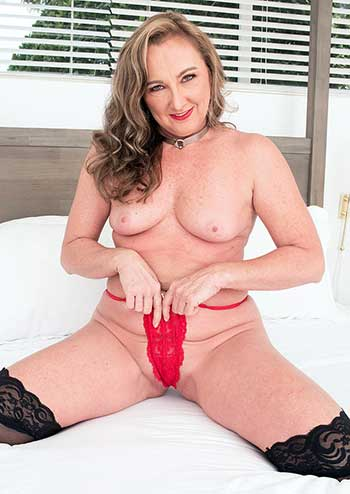 Horny milf Jessie Reines
